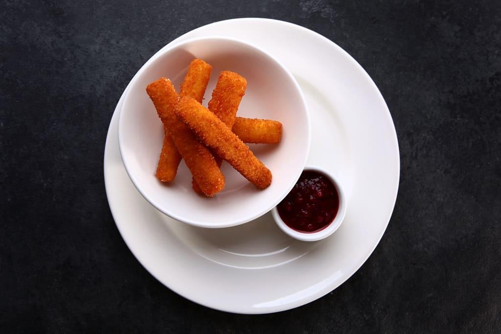 Сырные палочки с брусничным соусом