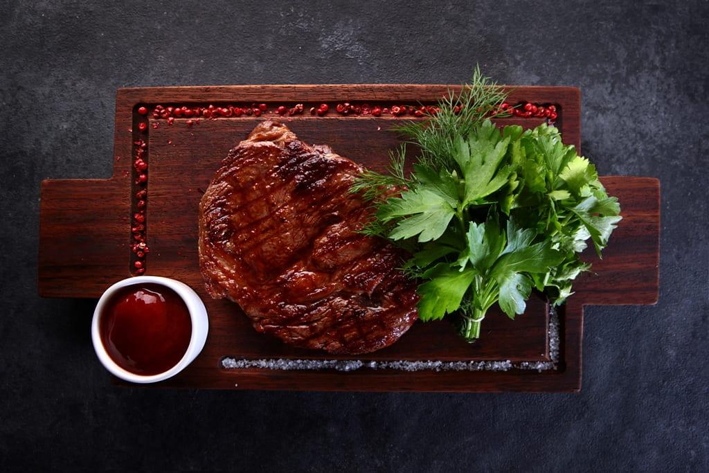 Стейк рибай с соусом BBQ и свеж.зеленью