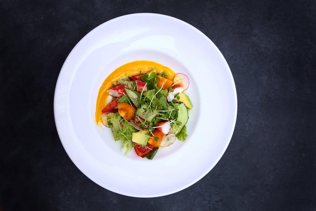 Салат с крабом и манговым айоли